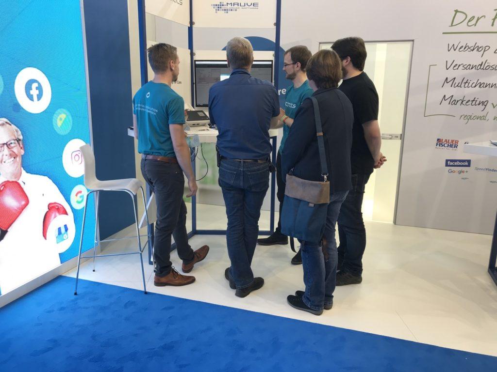 André Wuttig und Sven Liese im Austausch mit interessierten Apothekern über die scanacs-Plattform.